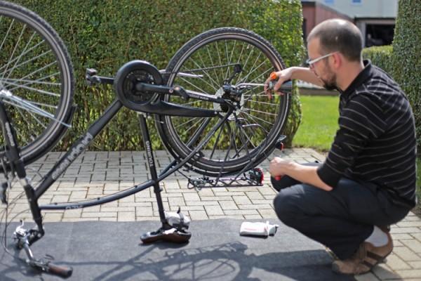 Bei-der-Arbeit-am-Fahrrad